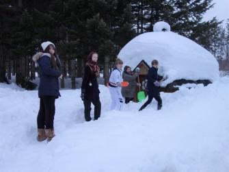 サウナのドアが開くように除雪するのに一苦労