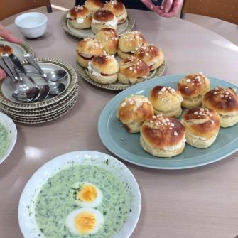 ラスキアイスプッラ(laskiaispulla)と ほうれん草のスープ(pinaattikeitto)